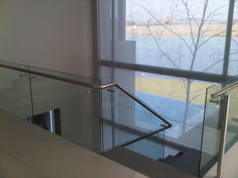 barandas de vidrio y acero con botones